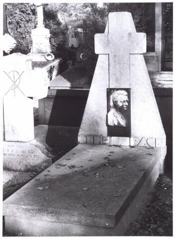 016018 - Graf van Henri van Beurden (1874 - 1930) op het kerkhof aan de Bredaseweg. Van Beurden was boekhouder bij wollenstoffenfabriek A & N Mutsaerts