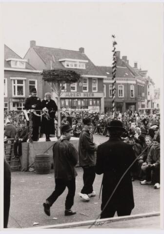 101342 - Carnaval 1962. Boerenbruiloft. Rechts v.l.n.r. Jos Halters, Annie Kuijpers en Bert Geerts.