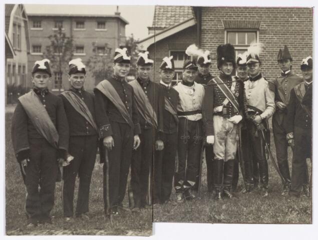 048910 - Optocht ter gelegenheid van de kroningsfeesten bij het 25-jarig jubileum van koningin Wilhelmina (1923-1924) deelnemers verzamelen zich op de Kromhout kazerne te Tilburg. (man met berenmuts is Fred. Mutsaerts)