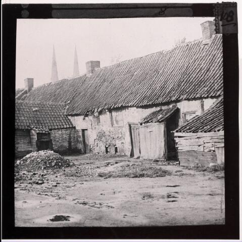 033345 - Krotwoningen. Achterzijde van arbeiderswoningen aan de Bosscheweg 186-210 (nummering voor 1932), nu Tivolistraat. De panden werden rond 1915 gesloopt. Veel later werd op deze plaats een boerenleenbank gebouwd, Tivolistraat 50, later in gebruik door de FAXX. In de verte de kerktorens van de St. Josephkerk aan de Heuvel.