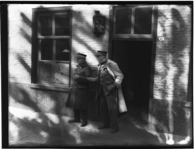 500410 - Douanekantoor Belgische Accijnzen in de Molenstraat te Baarle-Hertog. Links: Brigadier Verhoeven en links douane Gilbert Vandendaele.