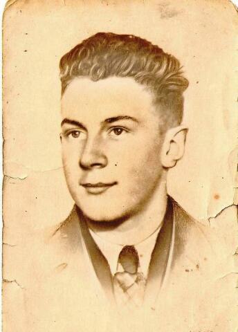 604436 - Tweede Wereldoorlog. Oorlogsslachtoffers. Willem van der Linde; werd geboren op 14 juli 1924 in Rotterdam en overleed op 9 december 1944 in Versen.  Van der Linde was onderwachtmeester bij de Rotterdamse politie en kwam op 20 juni 1944 naar Tilburg. Waarom en wanneer hij gearresteerd werd, is niet bekend. Hij overleed in het kamp Versen, een buitencommando van het concentratiekamp Neuengamme (bij Hamburg), Duitsland.