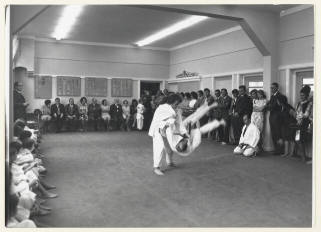 91024 - Made en Drimmelen. Het nieuw geopende Judo lokaal wordt in gebruik genomen met een demonstratie.