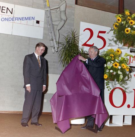 1237_001_048_012 - Een toespraak tijdens de viering van het vijfentwintigjarige bestaan van de Ondernemers Federatie Tilburg in april 1997 op de Rooi Pannen. Drs. Ter Huurne onderscheiden met de Zilveren Pluim.