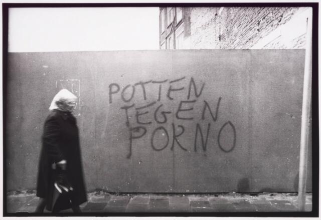 035366 - Bouwterrein aan de Willem II-straat naast juwelier Pijnenburg. Tekst: POTTEN TEGEN PORNO