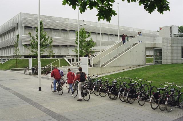 TLB023000507_004 - Ingang Universiteitsbibliotheek  van de Katholieke Universiteit Brabant (KUB) thans genaamd Universiteit van Tilburg/Tilburg University (UvT), bereikbaar middels een loopbrug over de Universiteitlsaan. Foto is genomen in het kader van een Fietsrouteplan in en om Tilburg.