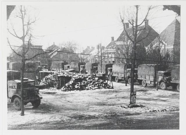 055623 - WOII; WO2; Hilvarenbeek, bevrijding, schuil loopgraaf met Canadeese transportauto´s.