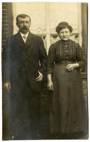 092348 - Fabrieksarbeider Petrus Ludovicus Bertens geboren te Tilburg op 13 februari 1875  en zijn vrouw Francisca Oerlemans geboren te Tilburg op 25 april 1881. Zij trouwden in Tilburg op 9 januari 1901.