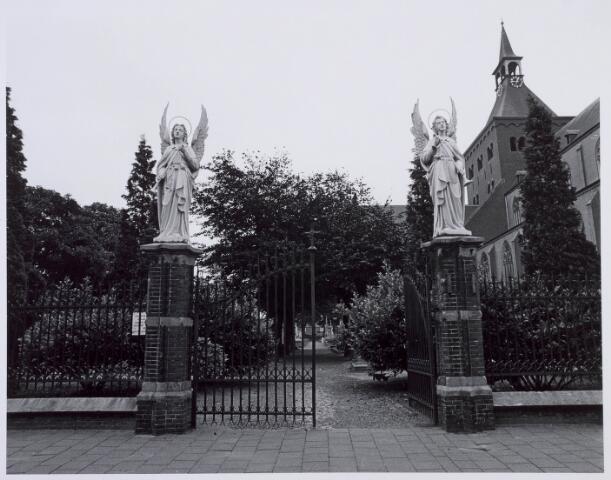 019083 - Ingang van het parochiekerkhof aan de Goirkestraat