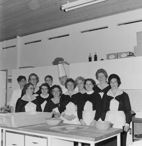 1237_004_096-2_002 - Textielindustrie. Ondernemers. Horeca. Feest. Een jubileumviering van breiwolfabriek 3 Suisses. Groepsfoto van het bedienend personeel en de koks.