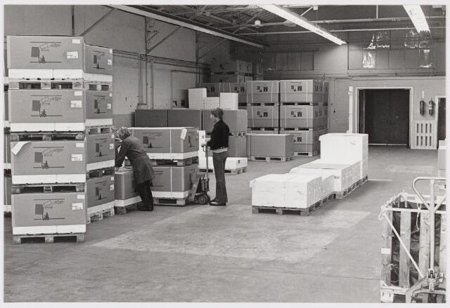 050180 - Volt. Logistiek. Materials Management. Magazijn in de O hallen te Zuid in 1977. De persoon links is Martin Theeuwessen.