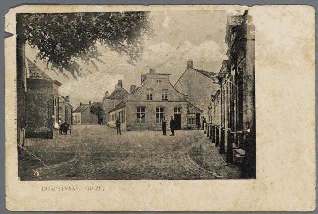 057962 - Gilze, Plein voorheen Dorpstraat. Langs postkantoor rechts, café Everts op de hoek en Raadhuisstraat omstreeks 1904. Links een hondenkar.