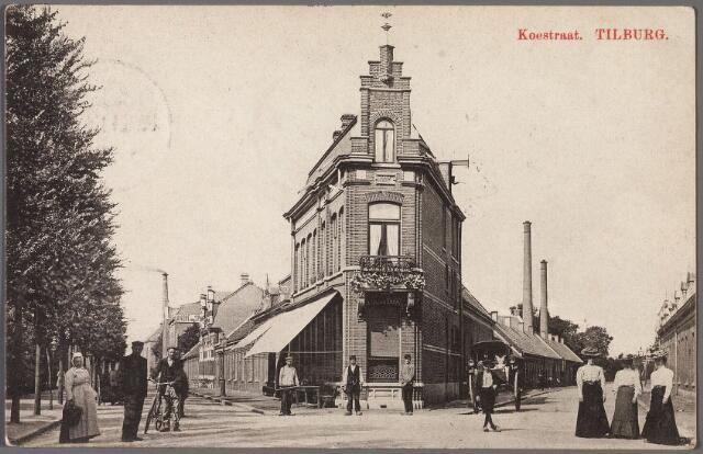 010236 - Splitsing Koestraat (links) en Enschotsebaan, sinds 1919 Enschotsestraat (rechts). Nu heet het ter plaatse N.S.plein. Het hoekpand, toen de café van Dirk Mansvelt, is gesloopt, nu zit ter plaatse slagerij-automatiek Jan de Kort bekend van zijn 'broodje Jantje'. Uit de Enschotsestraat komt een koetsje. Links een vrouw die de zogenaamde 'Bossche muts' draagt.