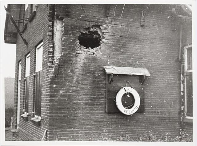 012400 - Tweede Wereldoorlog. Vernielingen. Door granaatinslagen getroffen brugwachterswoning aan de Enschotsestraat