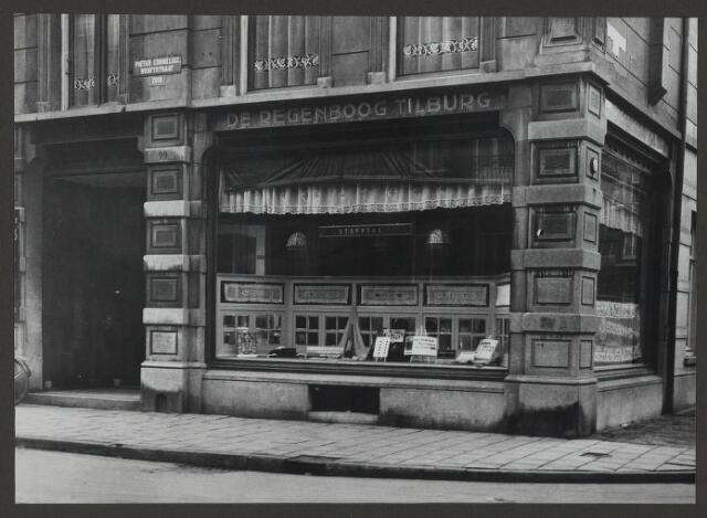 071879 - Het filiaal van stoomververij en chemische wasserij De Regenboog aan de P.C. Hoofdstraat te Amsterdam. De foto is afkomstig uit een album dat werd gemaakt en aangeboden naar aanleiding van het 40-jarig jubileum van textielfabriek De Regenboog van de firma Janssen en Bierens uit Tilburg op 2 december 1930.