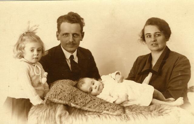091961 - Pieter Johannes Dahmen, geboren te Tilburg op 11 juli 1895, zoon van smid Hendrik Dahmen en Johanna Riede, met zijn gezin.