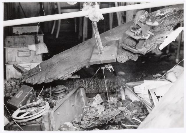 038956 - Volt. Zuid. Chemische Afdeling. Chemisch Laboratorium. In de nacht van woensdag 4 op donderdag 5 maart 1959 brak brand uit in een van de laboratorium tafels waaronder zich in een kastje kleine hoeveelheden wasbenzine en petroleum bevonden. Rechtsboven ziet men een microscoop die nog juist is blijven hangen op de verkoolde overblijfselen van de laboratoriumtafel.