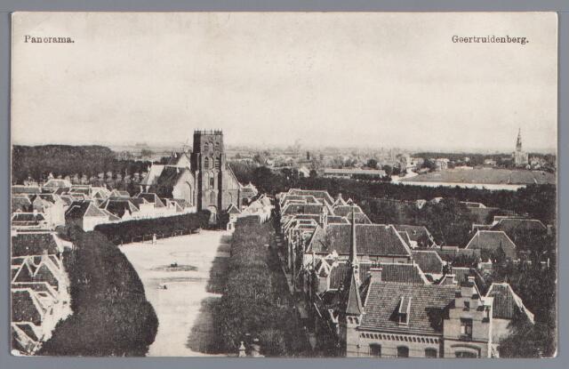 058292 - Panorama. Rechts op de voorgrond het postkantoor. Markt met kermissporen en de Nederlands Hervormde kerk.
