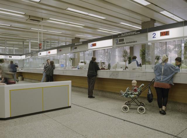 TLB023000291_001 - Bureau Bevolking in het Gemeentehuis (Stadskantoor 1) met diverse balies voor allerlei aangelegenheden zoals aanvragen paspoort, rijbewijs, parkeervergunningen etc.