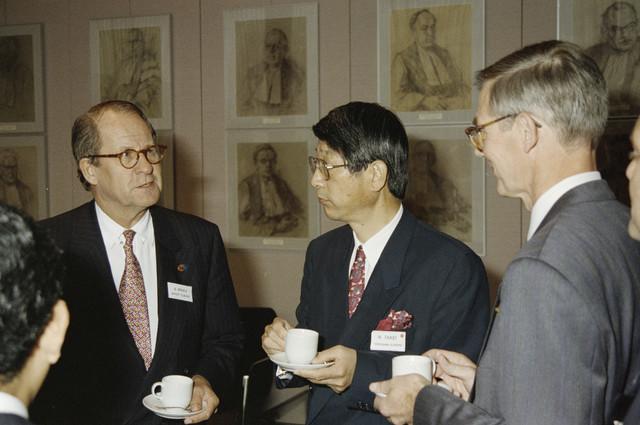 TLB023000286_002 - Foto gemaakt ter gelegenheid van de Japan Expo. Burgemeester Gerrit Brokx (links) en de heer N. Takei (midden), als afgevaardigde van Yokogawa Europe BV, aan de koffie tijdens een symposium op de Katholieke Universiteit Brabant.