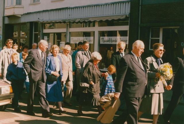 651335 - Tilburg, 125 jaar stad aan het spoor. Manifestatie. De stoet met genodigden onderweg van het station via de Stationsstraat naar het plein voor het Paleis-Raadhuis met vooraan de heer en mevrouw van Harten
