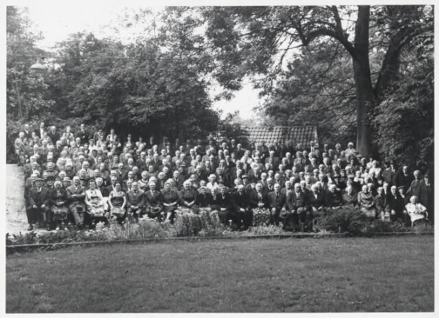 90842 - Made en Drimmelen. Uitstapje van tientallen ouderen uit Made naar het Vrouwenhof (stadspark) in Roosendaal. De organisatie lag bij het comité Bejaardenzorg in Made. In het bestuur daarvan zaten Dr. Tolhuijzen, W.Smits, J. van Zeeland, mw. Broeders-de Bruijn en ds Sijthof.