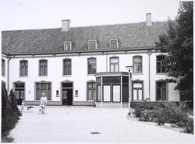 024608 - Zijgevel van een voormalig fabrieksgebouw aan het Korvelplein, waarin een huisartsenpraktijk is gevestigd