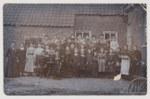 077255 - Vermoedelijk een grote familiebijeenkomst achter op een boeren erf welke verder niet is te traceren.