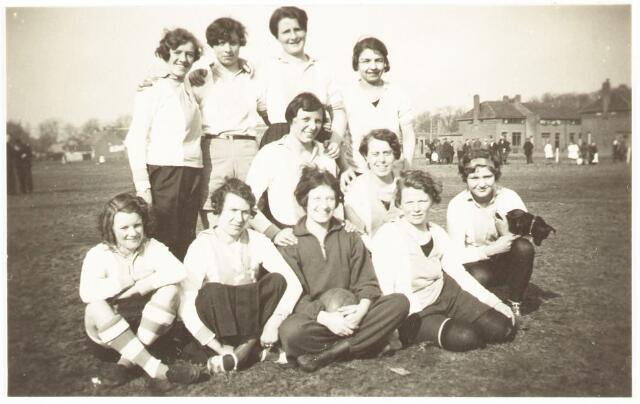 052838 - Volt sportvereniging. Waarschijnlijk dames van de Volt hand- of korfbal afdeling in 1938. Staande 3e van links Cor Vennix.