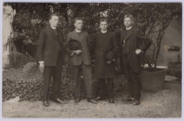 049091 - Van links naar rechts de Tilburgers Berrie de Beer, Bernard de Beer, Cees Swagemakers en N.N.