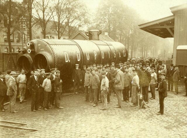 200231 - Een stoomketel van de firma D. Dupuis & Co. bij het spoorwegstation aan de Spoorlaan.