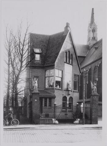 040278 - Fa. Verbunt-van Dijk was gevestigd naast de Paterskerk in de Gasthuisstraat. Deze firma had een magazijn van kerksieraden, ornamenten en miswijn. Later werd dit de firma J.A.Verbunt