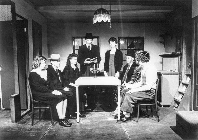 """870028 - Toneelvereniging Kunst naar Kracht, Dongen. Ter gelegenheid van het 60- jarig bestaan van voornoemde toneelvereniging werd """"Het Dagboek van Anne Frank"""" opgevoerd in cultureel centrum De Cammeleur, Dongen."""