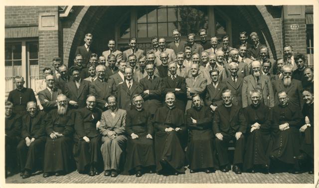 655494 - De St. Joseph's Missionary Society, ook bekend als Missionarissen van Mill Hill, is een gemeenschap van apostolisch leven binnen de Rooms-Katholieke Kerk. Het moederhuis van deze missionarissen staat nog steeds in Maidenhead,  Mill Hill, een wijk in Groot-Londen, UK. Op 15 augustus 1866 richtte Herbert Vaughan(1832-1903), die later kardinaal-aartsbisschop van Westminster zou worden. deze gemeenschap op.   De Latijnse naam is: Missionarium Sancti Joseph de Mill Hill, later afgekort toT: M.H.M.