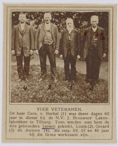 037556 - Textiel. Op 2 juli 1923 was Cornelis van Berkel (tweede van rechts) maar liefst 60 jaar in dienst van Brouwers Lakenfabrieken. Ook de gebroeders Louis (tweede van links), Gerard (links) en Antoon (rechts) Jansen hadden een respectabel aantal dienstjaren, respectievelijk 59, 57 en 48 jaar
