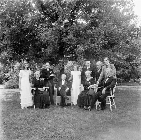 050318 - Mariëngaarde. Het gouden bruidspaar Van Vollenhoven-van den Bogaert met hun familie in de tuin van pension Mariëngaarde.