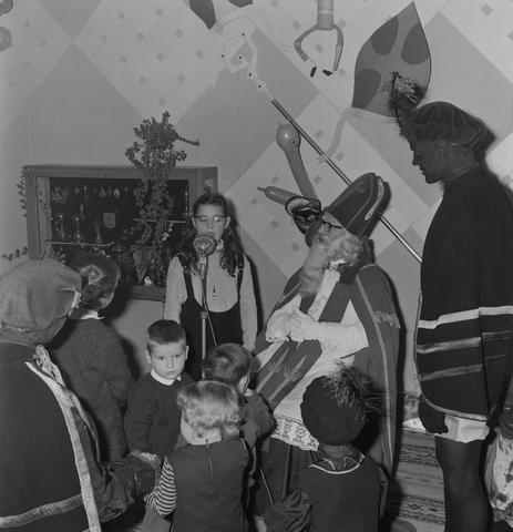 1237_004_099_008 - Kinderen. Sinterklaas. Kinderen van 3 Suisses-medewerkers tijdens een St. Nicolaasfeest kindermiddag.