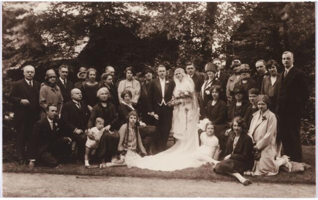 005441 - Trouwfoto 1927 in Rotterdam van  Mia van DOOREN en Jan PRINS (of PRINZ) uit Rotterdam. De bruid, Maria Emilie Johanna, werd geboren in 1900 en was een dochter van wollenstoffenfabrikant Leon Adolphe E.M. van Dooren (1874-1927) en Johanna (Jeanne) Carolina Sträter (1874-1922).