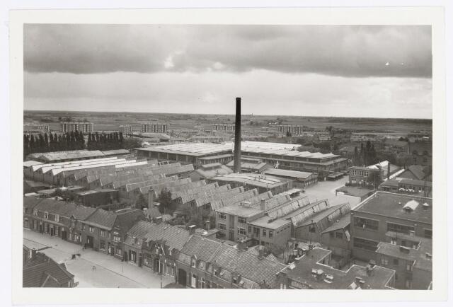 039164 - Volt, Algemeen, Luchtfoto. Foto van het Voltterrein annex fabricagecomplex Zuid omstreeks 1955. Links midden voor de bomen staan nog de oude stalen opslagloodsen welke in 1958 zijn gesloopt. De flats aan de Edisonlaan zijn  al gereed. Waarschijnlijk is de foto gemaakt vanuit de toren van de kerk van Broekhoven I.