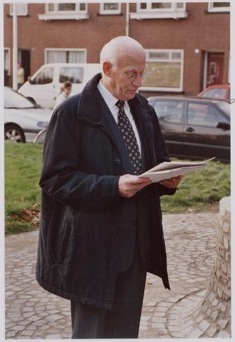 050096 - Volt, Algemeen, Kunstwerken, Onthulling, Voltvonk. Op 30 oktober 2002 werd dit monument, wat voorheen op Volt Noord stond, opnieuw onthuld op het Transvaalplein, een locatie dicht bij het oude Voltterrein. Oud directeur van Volt, Ir. A. Hoevenaars, memoreert de geschiedenis van Volt en draagt het beeld over aan de gemeente Tilburg.