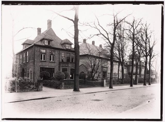 033312 - Hoger onderwijs. De gebouwen van de R.K. Leergangen aan de Bosscheweg, nu Tivolistraat. Links het pand Bosscheweg 97, vanaf 1932 nr. 343, gebouwd en bewoond door steenfabrikant Leonardus A.J.J. Swagemakers. Hij verhuisde in 1936 naar de Nieuwe Bosscheweg. Vervolgens bood dit pand huisvesting aan het Economisch Sociaal Instituut. In 1962, het pand droeg inmiddels het huisnummer Tivolstraat 5, verhuisde het ESI naar de Hogeschoollaan 225. Dit pand werd toen in gebruik genomen door het Brabants Conservatorium, ook een afdeling van de R.K. Leergangen.