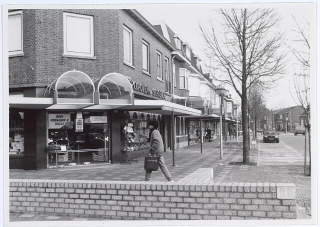 014840 - Schoenwinkel Van Kerckhoven aan het Besterdplein gezien vanuit de Besterdring