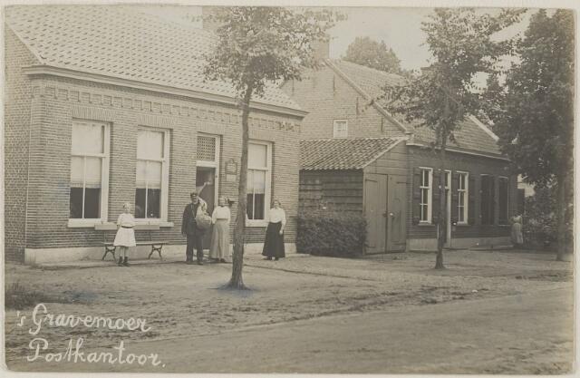 058509 - Postkantoor. V.l.n.r. (meisje) is Eva of Hilleke Verduin, daarnaast postbode is Berardus Johannes Nerrings geboren 's Gravenmoer 25 mei 1855, Wouterina Verduin-Beunis geboren 1880, geheel rechts haar zus Gerdina Beunis geboren 's Gravenmoer 4 februari 1875 . Rechts het huis van Pieterse.