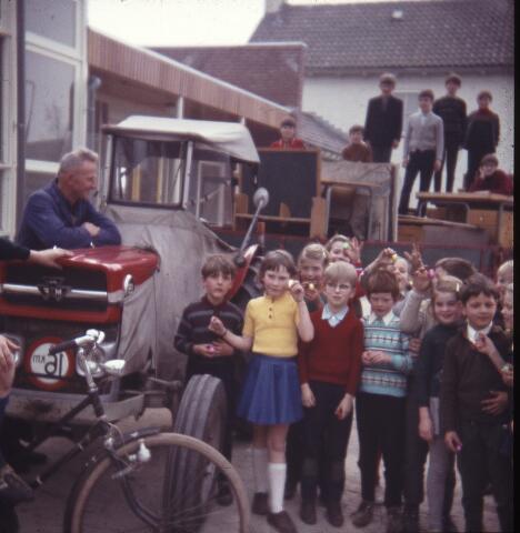 650134 - Gerardus Majellaschool, Hulten. Waarschijnlijk verhuizing naar de nieuwe school.
