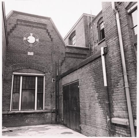 033617 - Gedeelte van het bedrijf van Jurgens Textiel aan de Tuinstraat 47a-49; op 8 januari 1976 is het bedrijf verplaatst naar Berkel-Enschot aan de Gen Eisenhowerlaan; thans ten behoeve van de woningbouw aan het Spinnerspark geheel afgebroken
