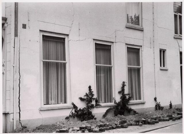 035332 - Tijdens graafwerkzaamheden dreigde het pand aan de Willem II-straat nr. 66 in te storten . Destijds bewoond door de heer van der Schoot en zijn  moeder mevrouw van der Schoot- Kruijssen. Het pand werd onmiddellijk gesloopt.