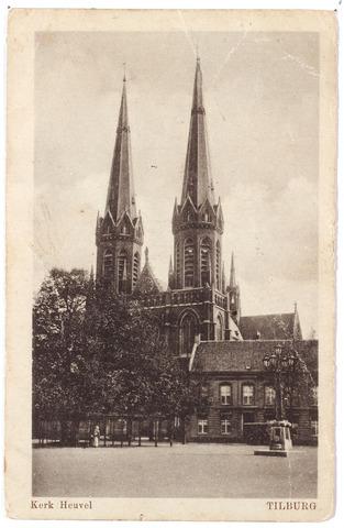 000908 - Heuvel met lindeboom. kerk van St. Jozef, pastorie en rechts de lantaarn opgericht als monument voor burgemeester Jansen.
