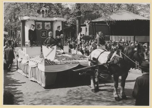 080814 - 10 jaar bevrijding. 1945-1955. Groep. Paard en brede kar met Kroon en daaronder drie wapenschilden:  Udenhout en Zeeland, en Brabant. Daarnaast twee jonge matrozen.  Op de voorgrond twee jongetjes met een schild: Dankbaarheid en Offer......