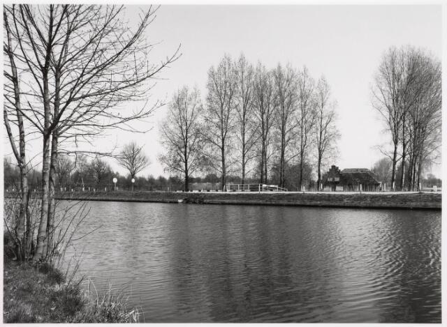 034839 - Wilhelminakanaal ter hoogte van de Hoevense Kanaaldijk. Aan de overzijde het brugje over De Ley