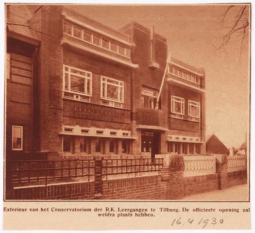 033329 - Hoger onderwijs. Exterieur van het Conservatorium der R.K. Leergangen aan de Bosscheweg 438, later Tivolistraat 6. Het conservatorium werd gebouwd op een braakliggend terrein tegenover de R.K. Leergangen volgens de plannen van de directeur van de academie de heer Bonsel. Het gebouw werd op 5 mei 1930 in gebruik genomen.